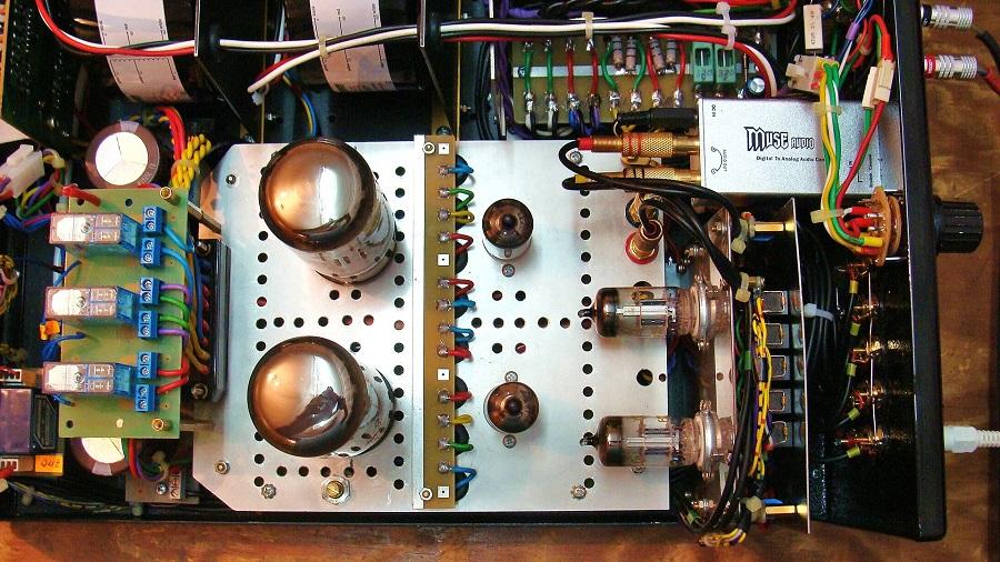 6. Po lewej stronie płytka przełączeń trybów pracy, DAC, przełacznik USZ.JPG