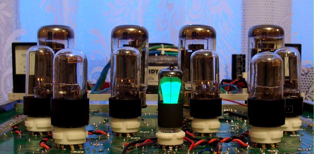 8. Lampa EM83 zasilana sygnałem wejściowym  z płytki sygnałowej.JPG