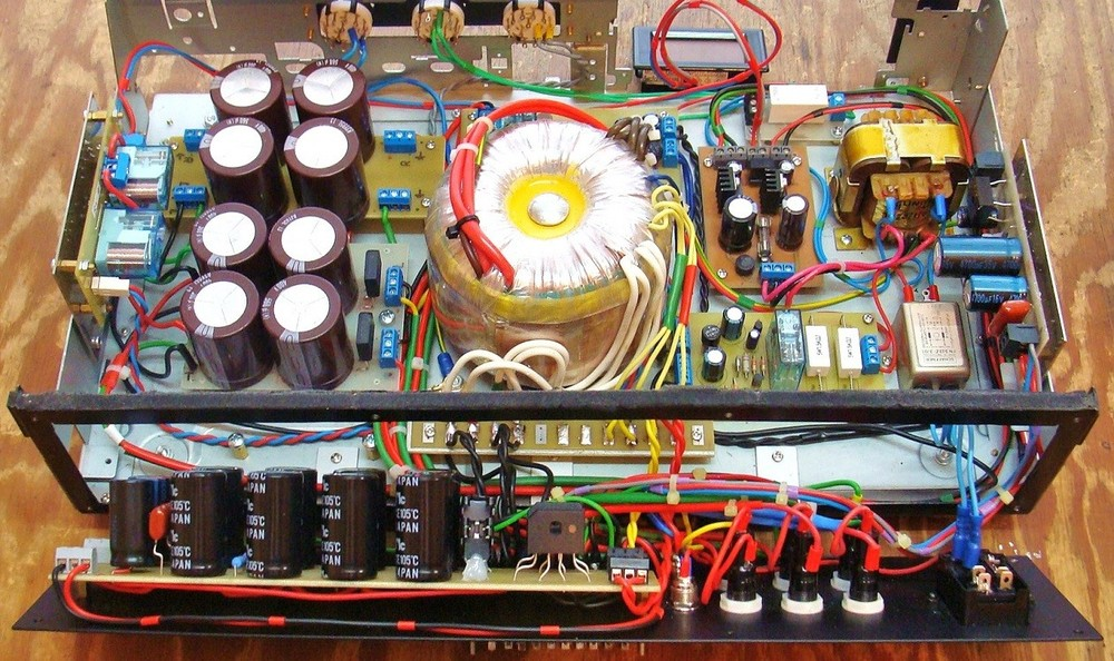 1) Podłączone elementy zasilacza żarzenia 12,6V dla lamp ECC na panelu tylnym.).JPG