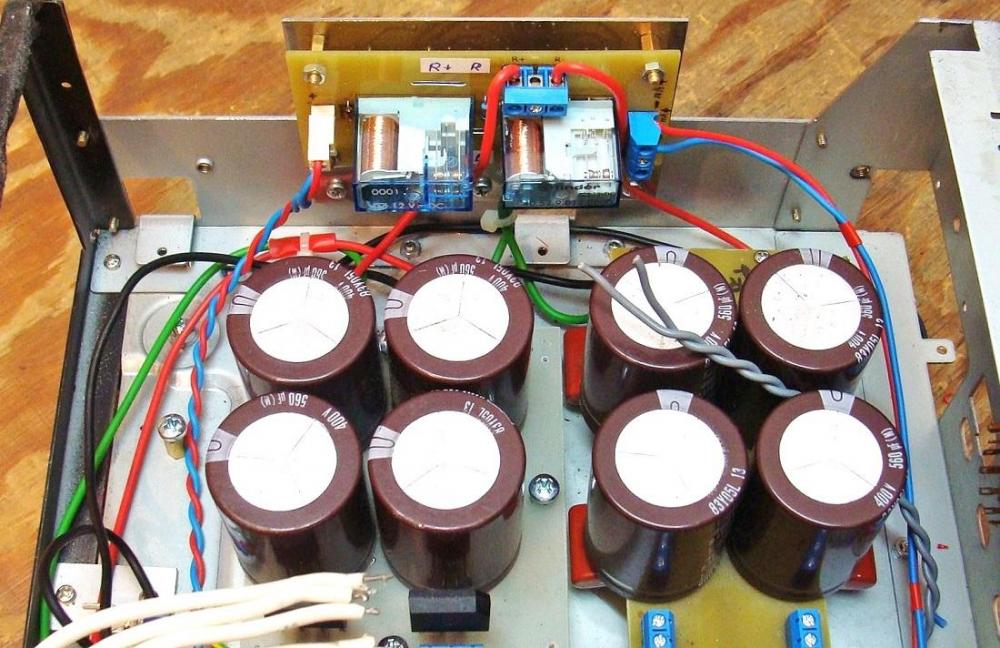 3) Bateria elektrolitów 2 X 2400 uF.JPG